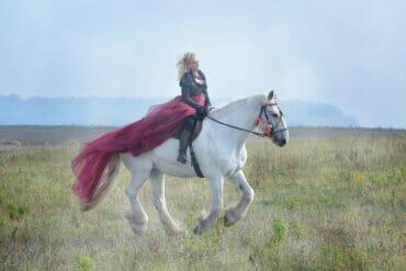 nainen ratsastaa